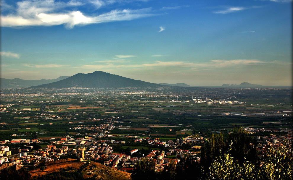 Viewpoint-of-Mount-Vesuvius-and-Capri-island-from-a-hill-of-Maddaloni